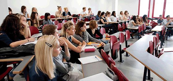 Etudiants de l'ESC Troyes en salle de cours